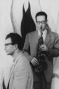 Paul Desmond, com o saxofone, e Dave Brubeck em foto de 1954 (Foto: Carl Van Vechten/Domínio público/Wikimedia Commons)