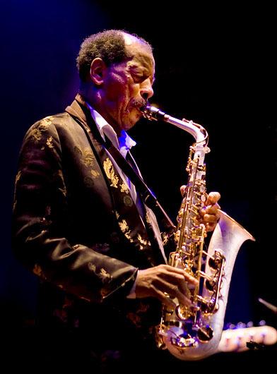 Ornette Coleman tocando na Alemanha em 2008 (Foto: Frank Schindelbeck www.schindelbeck.org/CC BY-SA 3.0/Wikimedia Commons)