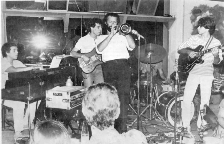 Marcio Montarroyos em ação: ao lado de Nico Assumpção, Heitor TP, André Tandeta e José Lourenço durante a temporada no Mistura Fina no verão de 1985 (Foto: Acervo pessoal de Olivio Petit)
