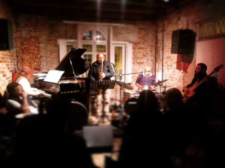 Bethy Krieger no piano, Luizinho Santos no sax e clarinete, Chico Batera e Nico Lopes no baixo tocaram no Café Fon Fon (Foto: Cássia Zanon)