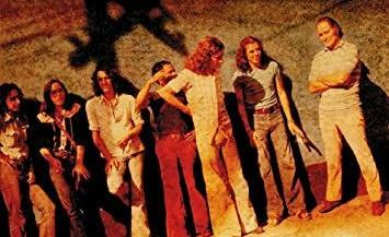 A banda (ou o bando) de Biggs & Bruce: Guilherme Vaz (teclados), Jaime Shields (guitarra), Bruce Henri (baixo), Nivaldo Ornellas (flauta e sax), Nacho Mena (percussão), Aureo de Souza (bateria), Ronnie Biggs (ladrão) (Foto: Reprodução)