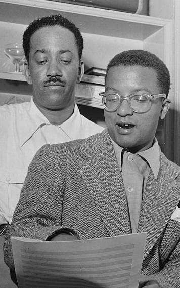 Richard M. Jones, segurança e faz-tudo de de Duke Ellington, observa de Billy Strayhorn, arranjador e faz-tudo musical de Duke Ellington (Foto: Wikimedia Commons)